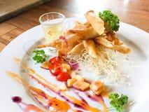 De lentebroodjes met garnalen met zoete saus Royalty-vrije Stock Fotografie