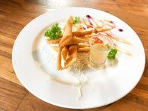 De lentebroodjes met garnalen met zoete saus Stock Foto's