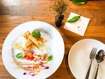 De lentebroodjes met garnalen met zoete saus Stock Afbeeldingen