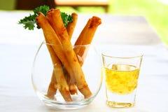 De lentebroodjes met zoetzure saus in mooi glas worden gediend dat royalty-vrije stock foto's