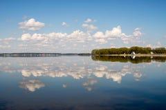 De lentedag op het meer Stock Afbeelding