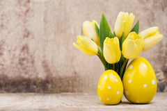 De lentedecor, gele tulpen met paaseieren Royalty-vrije Stock Foto's
