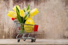 De lentedecor, gele tulpen met paaseieren Stock Fotografie
