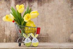 De lentedecor, gele tulpen met paaseieren Royalty-vrije Stock Foto