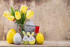 De lentedecor, gele tulpen met paaseieren Stock Foto's