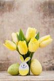 De lentedecor, gele tulpen met paaseieren Royalty-vrije Stock Afbeelding