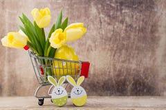 De lentedecor, gele tulpen met paaseieren Royalty-vrije Stock Afbeeldingen