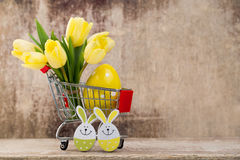 De lentedecor, gele tulpen met paaseieren Stock Afbeeldingen