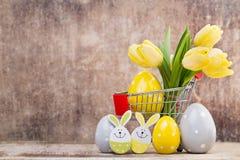 De lentedecor, gele tulpen met paaseieren Stock Foto