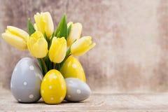 De lentedecor, gele tulpen met paaseieren Stock Afbeelding