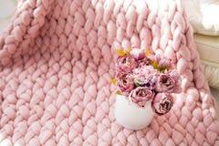 De lentedecor met bloemen in fotostudio royalty-vrije stock foto's