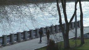 De lentegangen langs de promenade Orenburg stock videobeelden