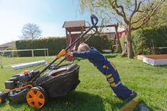 De lentegras het maaien Stock Fotografie
