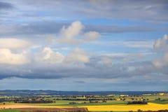 De lentehemel over landelijke landbouwbedrijven en gewassen royalty-vrije stock foto