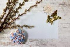 De lentekaart op houten lijst met hart, vlinders en bloemen De dag van de moeder `s Pasen royalty-vrije stock fotografie