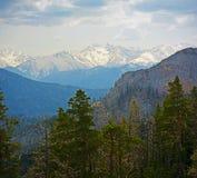 De lentelandschap van de bergen van de Kaukasus met pieken door sneeuw worden behandeld die Stock Fotografie
