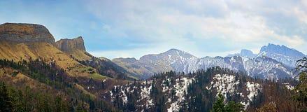 De lentelandschap van de bergen van de Kaukasus met pieken door sneeuw worden behandeld die Stock Foto