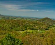De lentelandschap van het Uitlopersbrede rijweg met mooi aangelegd landschap Stock Afbeelding