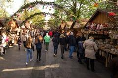 De lentemarkt met overvolle straat royalty-vrije stock foto