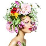 De lentemeisje met Bloemen royalty-vrije stock foto