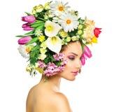 De lentemeisje met Bloemen Stock Foto