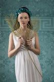 De lentemeisje met bloemenkroon Stock Afbeeldingen
