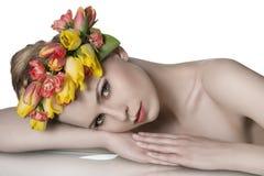 De lentemeisje met bloemenslinger Royalty-vrije Stock Afbeeldingen