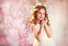 De lentemeisje in zonlicht royalty-vrije stock afbeelding