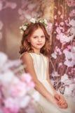 De lentemeisje in zonlicht royalty-vrije stock foto