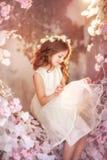 De lentemeisje in zonlicht stock foto