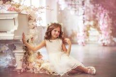 De lentemeisje in zonlicht stock afbeeldingen
