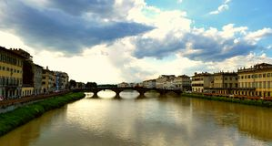 De lentemening van Brug op Arno River in Florence Stock Afbeelding