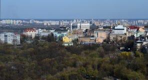 De lentepanorama van de horizon van Kiev van een bird& x27; s-oog mening stock afbeelding