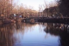 De lentepark van het vijverlandschap royalty-vrije stock foto
