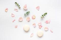De lentepatroon met makarons en bloem in zachte lichte hoogste mening Royalty-vrije Stock Foto's
