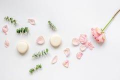 De lentepatroon met makarons en bloem in zachte lichte hoogste mening Royalty-vrije Stock Afbeelding