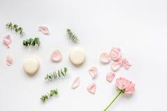 De lentepatroon met makarons en bloem in zachte lichte hoogste mening Stock Foto