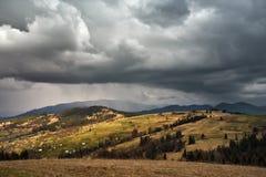 De lenteregen in bergen Donder en wolken Royalty-vrije Stock Foto