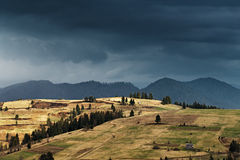 De lenteregen in bergen Donder en wolken Royalty-vrije Stock Fotografie