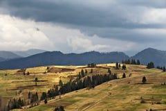 De lenteregen in bergen Donder en wolken Stock Foto