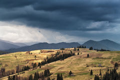 De lenteregen in bergen Donder en wolken Royalty-vrije Stock Foto's