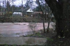 De de lenteregens heft Johnson Creek bij Klokdr. op stock afbeelding