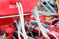 De lentes en de buizen worden op een rij geschikt Een rij van zaaimachine zwaar Royalty-vrije Stock Afbeeldingen
