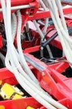 De lentes en de buizen worden op een rij geschikt Een rij van zaaimachine zwaar Stock Foto