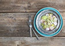 De lentesalade met binnen prei, radijs en komkommer Stock Afbeeldingen