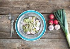 De lentesalade met binnen prei, radijs en komkommer Royalty-vrije Stock Fotografie