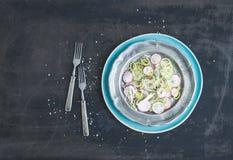 De lentesalade met prei, radijs en komkommer in uitstekende metaalplaat Stock Foto
