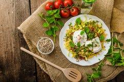 De lentesalade van linzen met gestroopt ei Stock Afbeelding