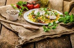 De lentesalade van linzen met gestroopt ei Royalty-vrije Stock Afbeeldingen
