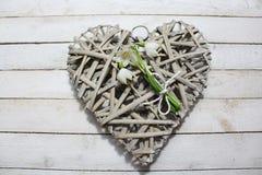 De lentesneeuwvlokken op een hart stock foto